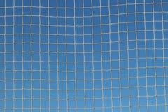 Netwerk van een kabel in de stralen van duidelijke zon tegen een blauwe hemel wordt geweven die Het transparante lichte burrowing royalty-vrije stock foto