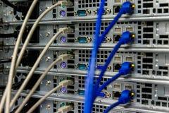 Netwerkschakelaar en ethernet kabels Stock Fotografie