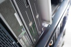 Netwerkservers in de Binnenlandse Zaal van de gegevensruimte Royalty-vrije Stock Afbeeldingen