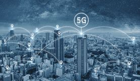 Network Connection Technologie in der Stadt, mit Vernetzungszeichen des Internets 5g stockfotografie