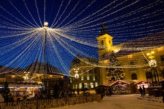 Netz der Lichterkette im Großen Quadrat von Sibiu Lizenzfreies Stockfoto