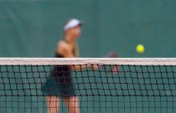 Netz des Tennisplatzes auf Unsch?rfespielerhintergrund lizenzfreie stockfotografie