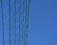 Netz eines Fußballziels gegen den blauen Himmel Lizenzfreies Stockfoto