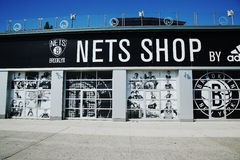 Netz-Lebensstil-Shop durch Adidas bei Coney Island in Brooklyn stockfotos