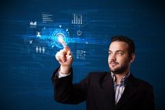 Netz-Technologieknöpfe des hübschen Geschäftsmannes rührende zukünftige und Lizenzfreies Stockbild