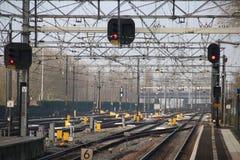 Netz von Bahnen, von Zeichen und von Schaltern an der Station von Dordrecht, die Niederlande stockfotografie