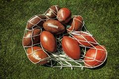 Netz von Rugbyballs auf dem Gras lizenzfreies stockbild
