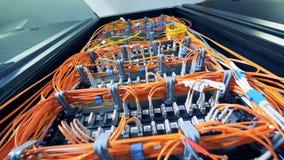 Netz von Servern mit eingesteckten Kabeln stock footage