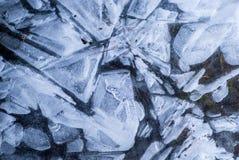 Netz von Spr?ngen in der starken festen gefrorenen Schicht Eis mit gl?nzendem Licht stockfoto