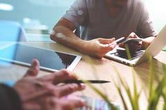 Netzdesigner mit zwei Kollegen, der die Daten und digitale Tablette sind bespricht Lizenzfreies Stockfoto