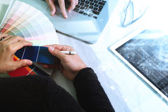 Netzdesigner mit zwei Kollegen, der die Daten und digitale Tablette sind bespricht Lizenzfreie Stockbilder