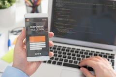 Netzdesigner, Programmierer, der mit Schablone arbeitet lizenzfreies stockbild