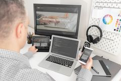 Netzdesigner, Programmierer, der mit Schablone arbeitet lizenzfreie stockbilder