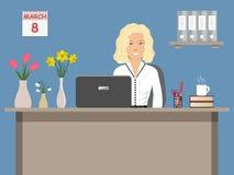 Netzfahne eines Büroangestellten am 8. März Die junge Frau, die am Schreibtisch auf einem blauen Hintergrund sitzt Lizenzfreie Stockbilder