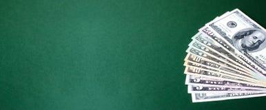 Netzfahne mit einem Stapel Dollarscheinen auf einem grünen Hintergrund stockbild