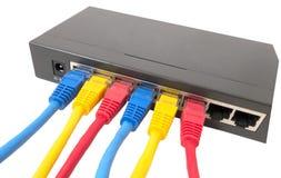 Netzkabel angeschlossen an Router stockfotografie