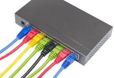 Netzkabel angeschlossen an Router stockbild
