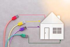 Netzkabel mit Hauspapier schnitt intelligentes Hauptkonzept stockbild