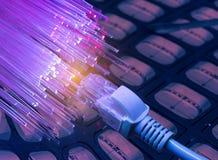Netzkabel mit High-Techem Technologiehintergrund lizenzfreies stockbild