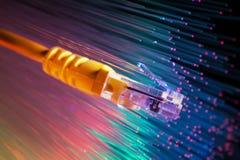 Netzkabel mit Technologiefarbhintergrund lizenzfreie stockfotografie