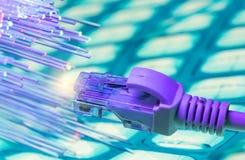 Netzkabel mit Technologiefarbhintergrund stockbild
