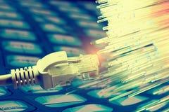 Netzkabel mit Technologiefarbhintergrund stockfotos