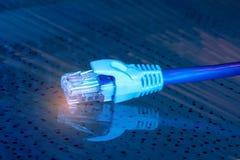 Netzkabel mit Technologiefarbhintergrund lizenzfreie stockbilder