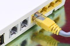 Netzkabel schloss an Internet-Router auf Metalltabelle an lizenzfreie stockbilder