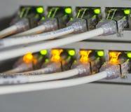Netzkabel und -server in einem TechnologieRechenzentrum stockbild