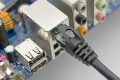 Netzkabel wird an Computer angeschlossen lizenzfreie stockbilder