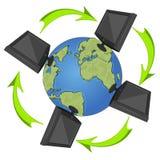 Netzkonzept mit Monitoren und arrowa Fliegen um die Erde Lizenzfreie Stockfotografie