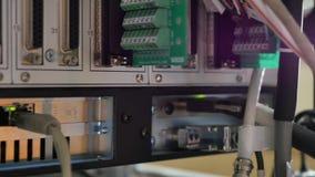 Netzplatte, -schalter und -kabel im Rechenzentrum stock footage