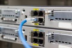 Netzschalter im Gestell, Netzkabel schließen SFP-Modulhafen an stockbild