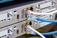 Netzschalter im Gestell, Netzkabel schließen SFP-Modulhafen im Datacenter-Raum an stockbild