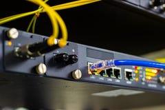 Netzschalter im Gestell, Netzkabel schlie?en SFP-Modulhafen im Datacenter-Raum an stockfotos