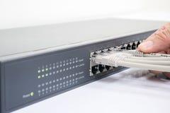 Netzschalter und Ethernet-Kabel Stockfotografie