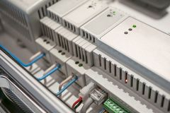 Netzschalter und Ethernet LAN-Kabel angeschlossen an intelligente Hausausrüstung, modernes Technologiekonzept lizenzfreie stockbilder
