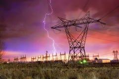 Netzverteilungs-Station mit Blitzschlag. Stockbilder