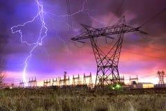 Netzverteilungs-Station mit Blitzschlag. Stockbild