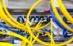 Netzwerk-Server-Raumrouter mit fusebox Platte unscharfem vorderem Hintergrund Schnittstelle und Ausrüstung Datacentre lizenzfreies stockfoto