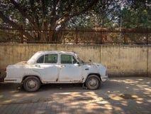 Neu-Delhi, Indien - 25. April 2019 Ein altes weißes Botschafterauto wird auf einer Straße geparkt stockbilder