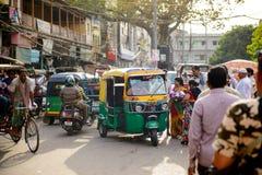 Neu-Delhi, Indien - 16. April 2016: Selbstrikscha oder tuk tuk ist berühmter heller Transport in Indien Stockbilder