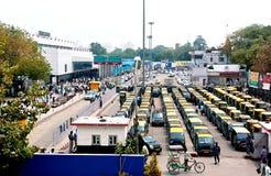 Neu-Delhi, Indien - Jule 21: fahren Sie Park in Reihenwartepassagieren auf Jule 21, 2011 in Neu-Delhi mit einem Taxi Lizenzfreie Stockfotografie