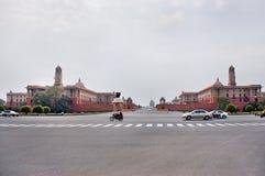 Neu-Delhi, Indien - Jule 22: Rashtrapati Bhavan ist das offizielle Haus des Präsidenten von Indien Autos, welche die Straße auf J Lizenzfreie Stockfotos