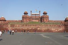Neu-Delhi, Indien am 25. September 2011: Haupteingang mit indischen Leuten am roten Fort Lizenzfreie Stockfotos