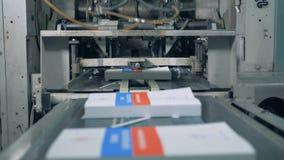 Neu-Druckbücher erhalten durch den industriellen Mechanismus freigegeben stock video footage