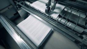 Neu-Druckseiten werden durch die industrielle Presse herausgegeben stock video