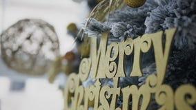 Neu-jähriger dekorativer Weihnachtsbaum verziert mit goldenen Spielzeugdekorationen stock video footage