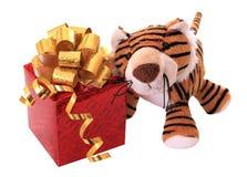 Neu-Jahr Tigerjunges mit Geschenk. Lizenzfreies Stockbild