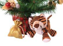 Neu-Jahr Tigerjunges mit Geschenk. Lizenzfreie Stockfotografie